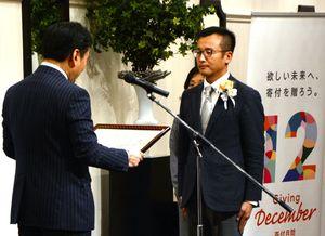 山口祥義知事(左)から表彰状を贈られる受賞者=佐賀市のロイヤルチェスター佐賀
