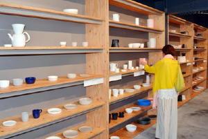 国内外のデザイナーと県内の窯元商社が開発した約400点が並ぶ店内=西松浦郡有田町の有田焼卸団地内「2016/」
