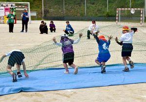 児童施設合同運動会で張り切って障害物競走に取り組む小学生=神埼市の西九州大学グラウンド