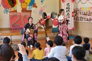 「ソーラン節」の演奏する髙橋浩寿さん(左)と歌う寿仁さん=佐賀市の東与賀児童館