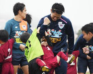 サガン、キャンプ地でサッカー教室 読谷村の子どもたちと