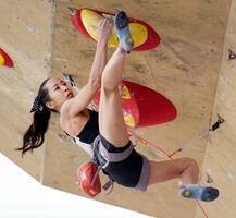 複合ジャパンカップ女子決勝のリードで壁を登る野口啓代。ボルダリング、リードでともにトップとなり優勝した=岩手県営スポーツクライミング競技場
