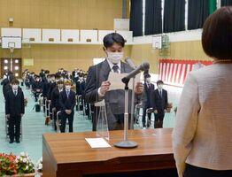 入学生を代表して誓いの言葉を述べる麻生将平さん=佐賀市の佐賀県農業大学校