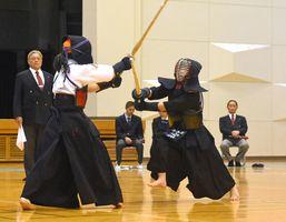 116人の剣士が熱戦を繰り広げた県東西対抗剣道大会=佐賀市の諸富文化体育館
