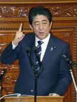 第192臨時国会で所信表明演説をする安倍首相=26日午後、衆院本会議場
