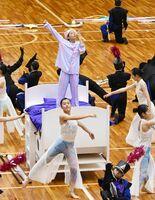 マーチングバンド・バトントワリング部門で、夢をテーマに演じる佐賀清和の生徒=SAGAサンライズパーク総合体育館