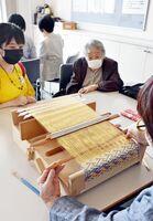 鹿島錦の教室で指導に当たる樋口ヨシノさん=鹿島市の生涯学習センター・エイブル