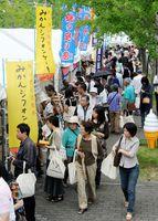 九州各県の道の駅が並ぶ食品市。開場と同時に大勢の人出でにぎわう=佐賀市文化会館