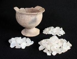 天神遺跡から出土した水晶と台付鉢(小城市教育委員会文化課提供)