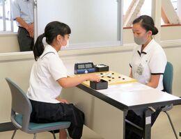 囲碁の熱戦を繰り広げる高校生=鹿島高