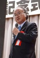 記念講演で「考える癖をつけるとニュースや歴史が面白くなる」と語る川良浩和氏=鹿島市の鹿島高