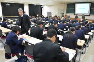 タブレット端末に受験番号などを入力する受験生=佐賀市の佐賀大学本庄キャンパス