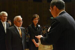 中尾清一郎社長から表彰を受ける金婚さん夫妻=佐賀市のアバンセ
