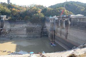 大幅に水を落とした北山ダム=佐賀市富士町