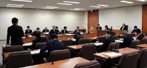 避難計画の実効性などについて議論する県議会原子力安全対策等特別委員会=県議会棟