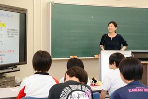 消化までの時間を考えて糖質を取ることをアドバイスする講師の舘川美貴子さん=神埼市の神埼清明高