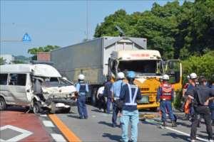 唐津署の護送車(左)と大型トレーラーが衝突した事故現場=2017年8月2日、佐賀県小城市小城町の国道203号(写真の一部を画像加工しています)