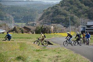 自然の中でサイクリングを楽しむ参加者=17日、有田町下内野