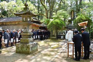 アジア太平洋戦争の戦死者を遺族らが追悼した=伊万里市大川町の淀姫神社