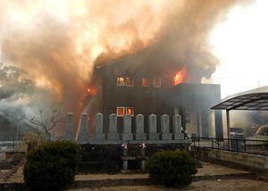 陸自ヘリが墜落し、炎上する民家=5日夕、神埼市千代田町(佐賀県警提供)