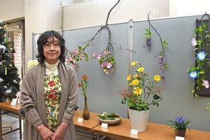 樹脂風粘土で彩色豊かな花を手作りする中尾典子さん=佐賀市中央本町の佐賀信用金庫本店