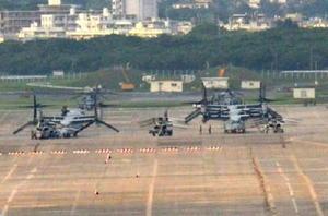 米軍普天間飛行場に駐機する新型輸送機オスプレイ=7日午後、沖縄県宜野湾市