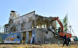 解体が始まった岩手県大槌町の旧役場庁舎=19日午前