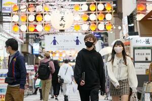 福岡・天神の新天町商店街をマスク姿で歩く人たち=28日午後