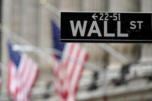 米ニューヨークのウォール街の標識=2月(AP=共同)