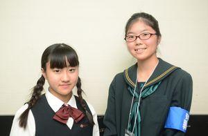 インタビューに答えた平川カノンさん(左)と取材をした毛利美結さん=佐賀市文化会館