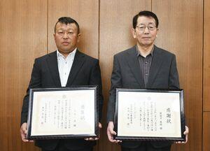 人命救助で署長感謝状を受けた圓城寺龍助さん(右)と久原一夫さん=白石町の白石署