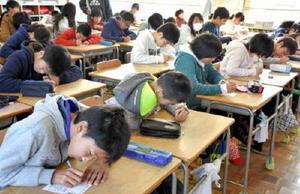 祖父母に向け年賀状を書く児童たち=佐賀市の西与賀小学校