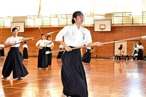 佐賀東高校であったなぎなたの国体強化練習