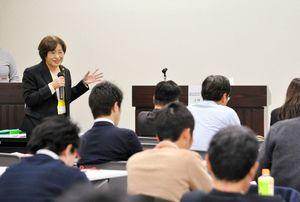 技能実習制度の状況や、自治体の取り組みを紹介した法政大の上林千恵子教授=佐賀市の佐賀商工ビル