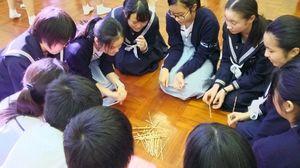 林護中の生徒たちから香港の遊びを教えてもらい体験する生徒たち