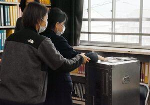 投票箱に触れる盲学校の生徒(左から2人目)=佐賀市の県立盲学校