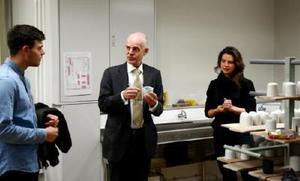 作品を手に語り合うアルト・ヤコビ・オランダ大使(中央)とユリカ・モルロックさん(右)、ヨハネス・ティモ・ボーヴィングさん=有田町の県立有田窯業大学校