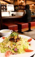 ライスの上にサラダと甘辛い牛肉がのったシシリアンライス=佐賀市中央本町の「喫茶アリユメ」