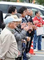 衆院選の候補者の演説に耳を傾ける有権者=21日午後、唐津市