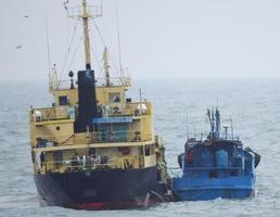 「瀬取り」を行った疑いがある北朝鮮船籍のタンカー(左)と船籍不明の小型船=2月16日、東シナ海(防衛省提供)