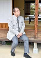 「ここでひなたぼっこもしたのかな」と縁側で思いをはせる平泉成さん=佐賀市の大隈重信記念館