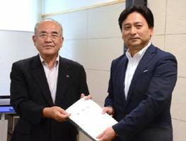 県市長会からの要望書を山口祥義知事に手渡す秀島敏行会長(左)=佐賀県庁