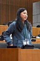 質疑で意見を述べる東原庠舎中央校6年の江上優菜さん=多久市議会議場