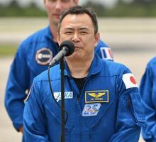 16日、米フロリダ州のケネディ宇宙センターであいさつする星出彰彦さん(UPI=共同)