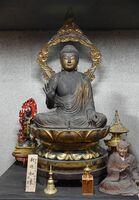 運慶作と伝わる国重文の釈迦如来坐像=21日午前、吉野ヶ里町田手の東妙寺