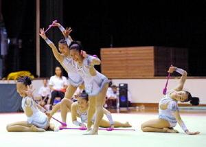 新体操団体で優勝した神埼中=佐賀市の市村記念体育館