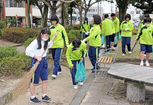 JR佐賀駅周辺のごみを拾う佐賀商高の生徒たち=佐賀市駅前中央