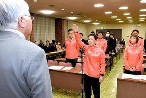 「精いっぱい走り抜きます」と選手宣誓する野中譲選手=武雄市文化会館