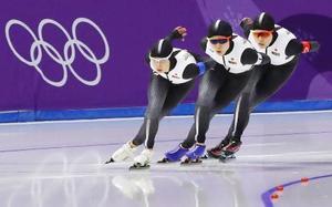女子団体追い抜き準決勝 滑走する(左から)高木菜、高木美、菊池=江陵(共同)