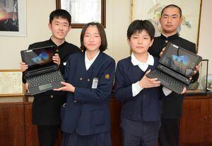 学習用タブレット端末の1人1台配備で、貸与を受けた町内の小中学校の児童生徒たち=吉野ヶ里町役場三田川庁舎